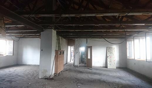 Blick in die alten Räume des leerstehenden Gebäudes.