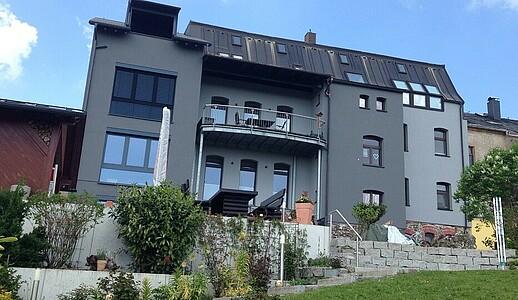 Wohnhaus mit neuem Anbau.