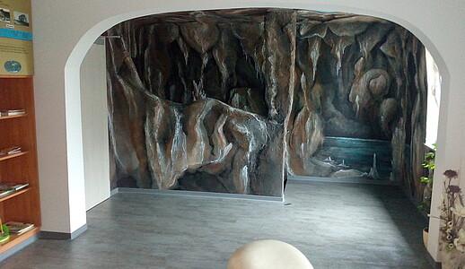 Neuer Aufenthltsraum mit Wandbemalung.