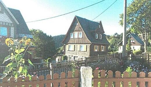Altes leerstehendes Ferienhaus mit Holzfassade.
