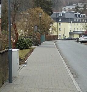 Neuer, gepflasteter Fussweg.