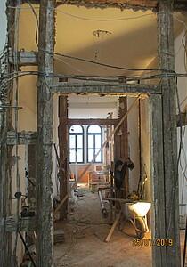 Baustelle im Flur eines alten Gebäudes.