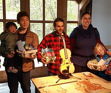 Teilnehmer der Veranstaltung mit Geschenken.