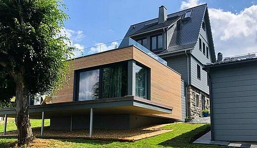 Saniertes Ferienhaus mit neuer Fassade und modernem Anbau.