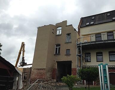 Abriss des alten Fabrikgebäudes.