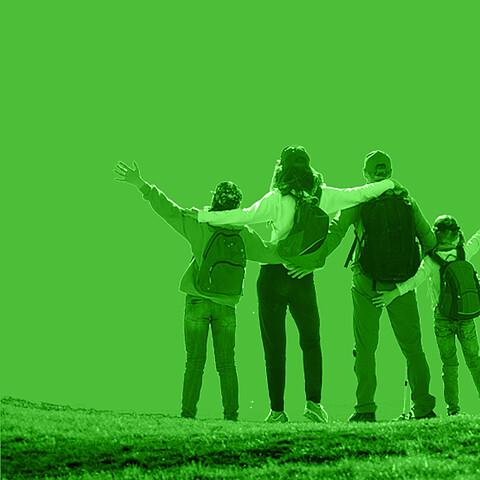 Familie mit Rucksäcken geniesst die Aussicht.